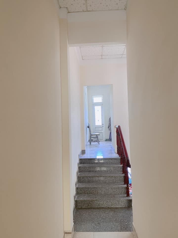 cầu thang nhà mặt tiền tôn đản