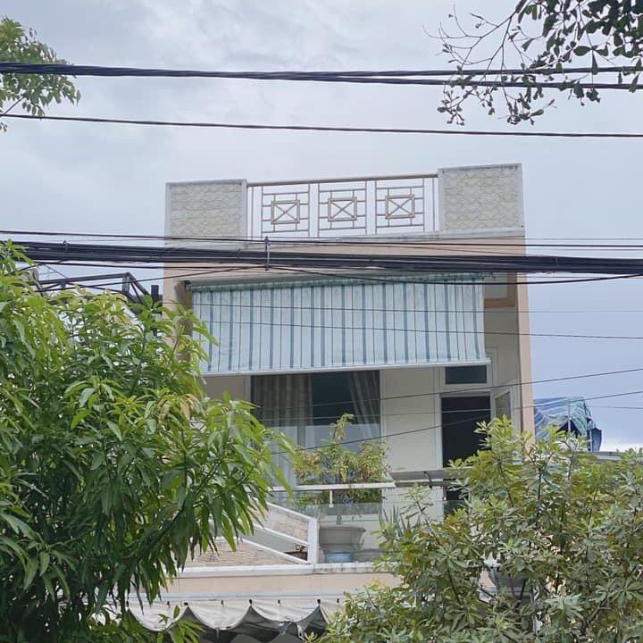 tầng 2 nhà mặt tiền đường tôn đản